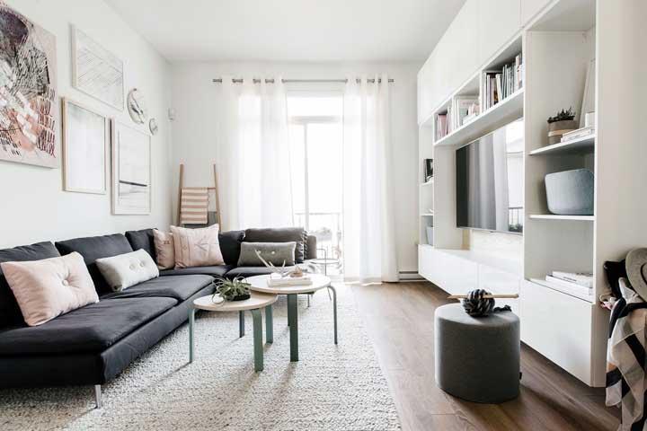 O estilo escandinavo é uma ótima opção para a decoração da sala pequena. Fica a dica!