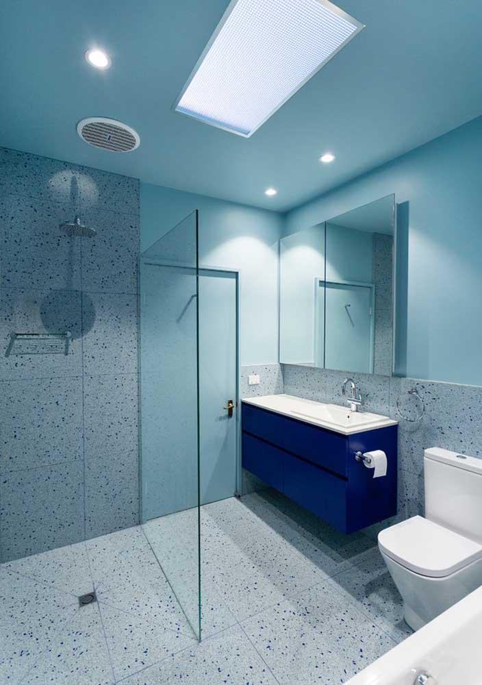 Banheiro decorado simples e em tons neutros