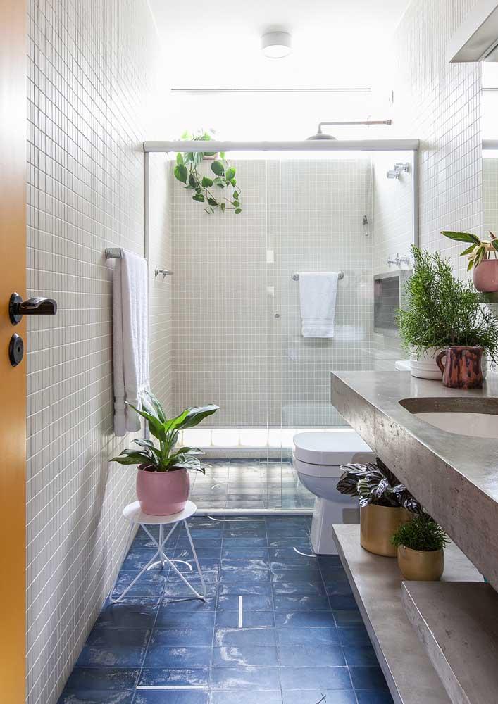 Banheiro decorado com plantas precisa de luz