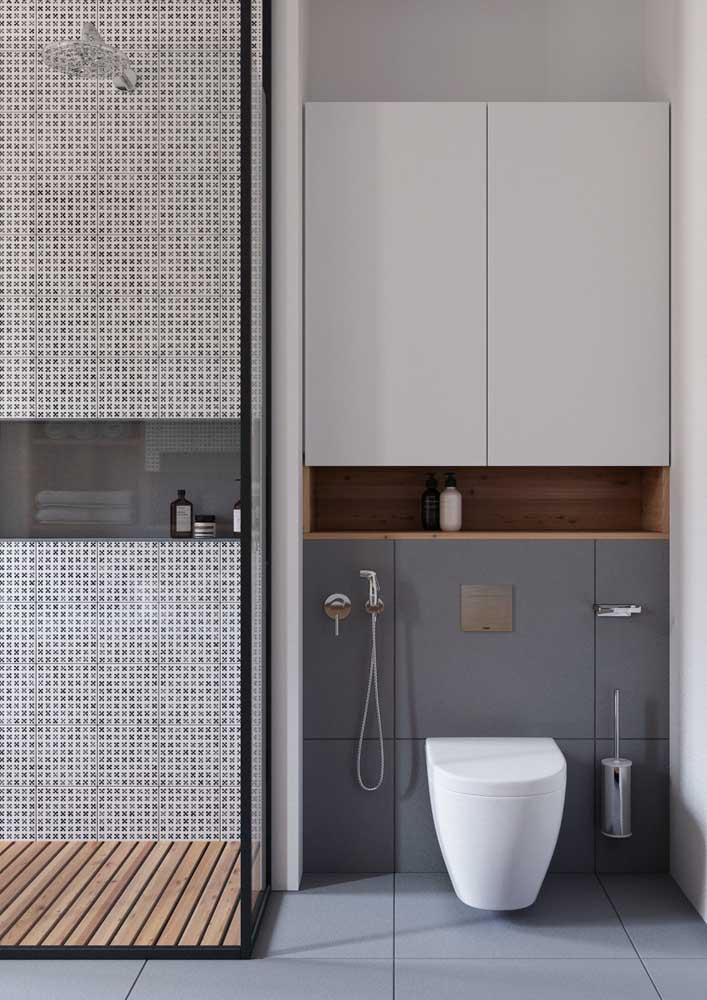 Banheiro decorado planejado. Repare que o armário se encaixa perfeitamente na parede do vaso sanitário