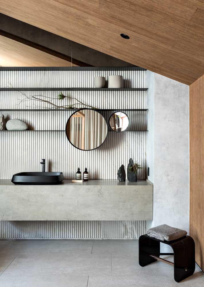 Banheiro decorado com prateleiras. Sobre elas alguns enfeites e itens do dia a dia