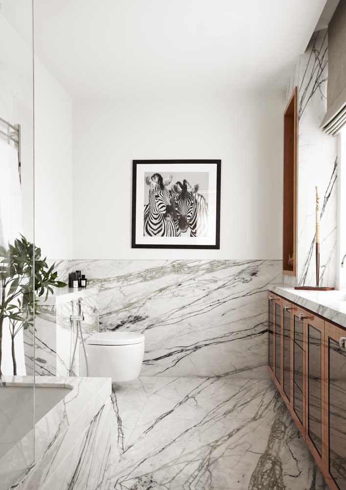 Banheiro decorado com piso porcelanato marmorizado