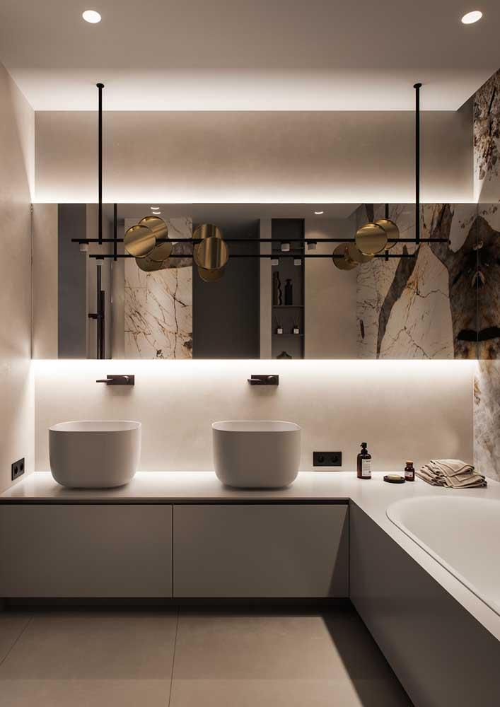 Espelhos e iluminação sob medida para valorizar o banheiro decorado