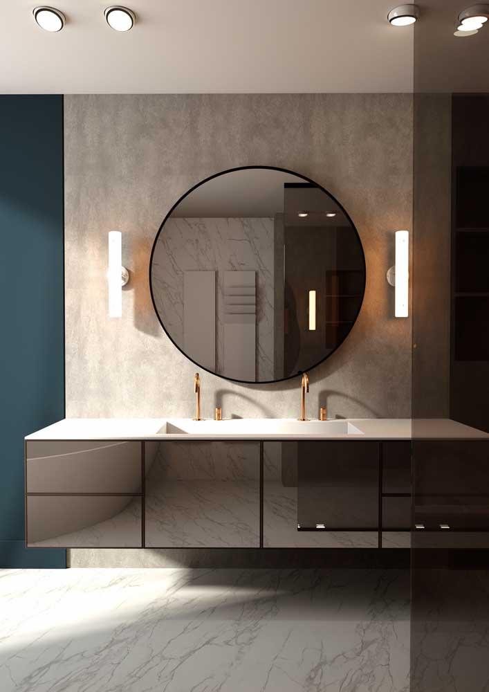 Banheiro decorado moderno tem cores neutras e superfícies levemente brilhantes