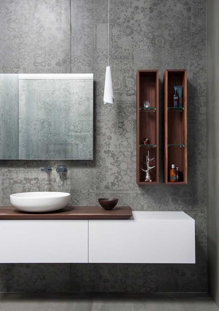 Banheiro decorado com papel de parede e nichos