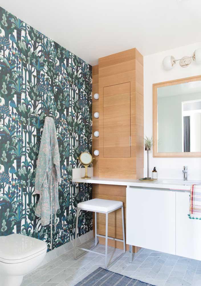 Papel de parede é solução simples e barata de decoração para o banheiro