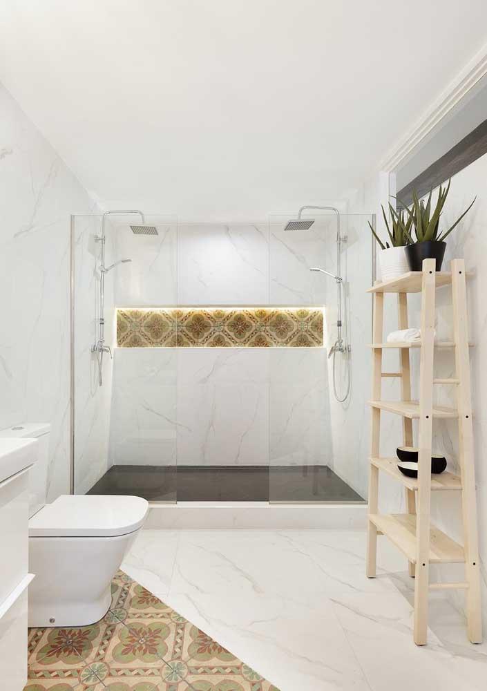Banheiro branco com apenas alguns detalhes em cor