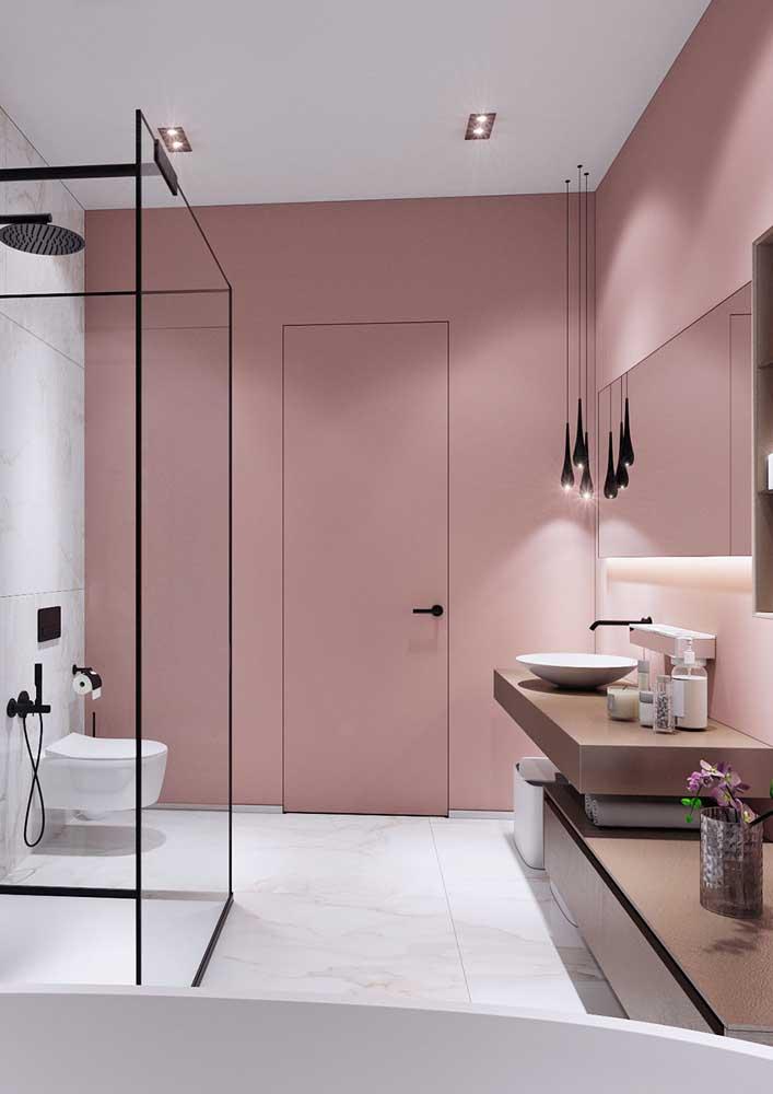 Para o banheiro rosa ficar mais moderninho adicione detalhes em preto