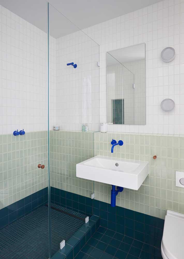 Já pensou em pintar os acessórios metálicos do banheiro?