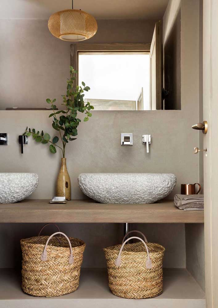 Os cestos de palha garantem um clima rústico e acolhedor para o banheiro