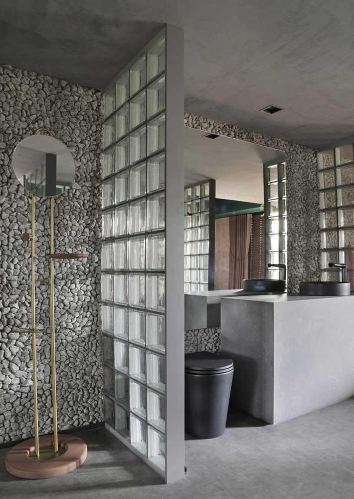 Pedras naturais para a parede do chuveiro e bloquinhos de vidro para o box
