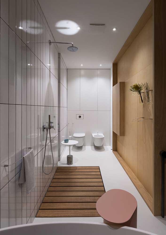 Deck de madeira para o banheiro com jeito de SPA