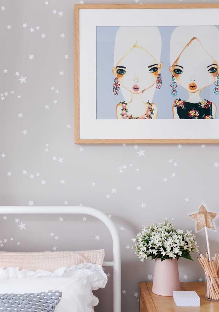 Mesinha de cabeceira decorada com vaso de flores