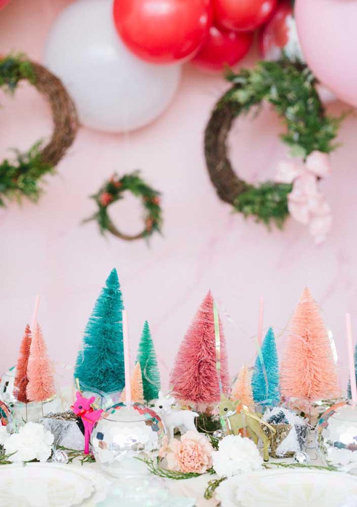 Enfeite de mesa para o natal. A graça aqui está na composição de pinheiros coloridos