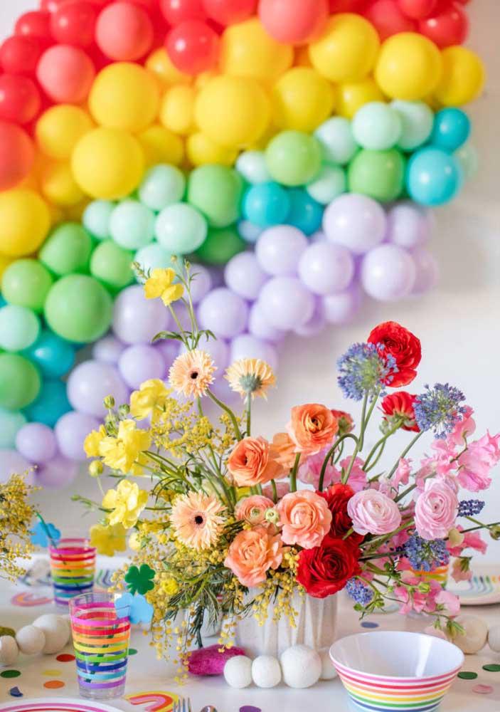 Enfeite de mesa para festa combina com flores coloridas