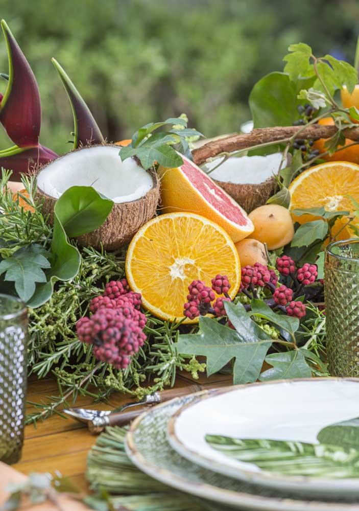 Enfeite de mesa tropical com frutas e flores