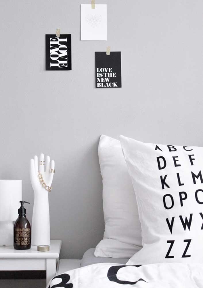Já na cabeceira de cama, os enfeites também podem ser úteis, como o hidrante e o porta joias