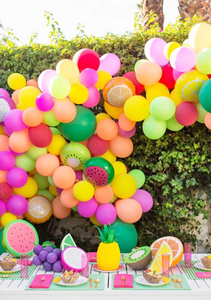 Inspiração de enfeite de mesa para uma festa com tema tuti frutti