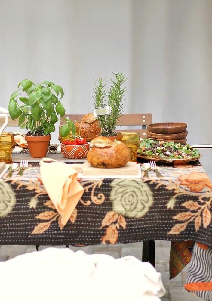 Mesa posta para festa decorada com enfeites rústicos