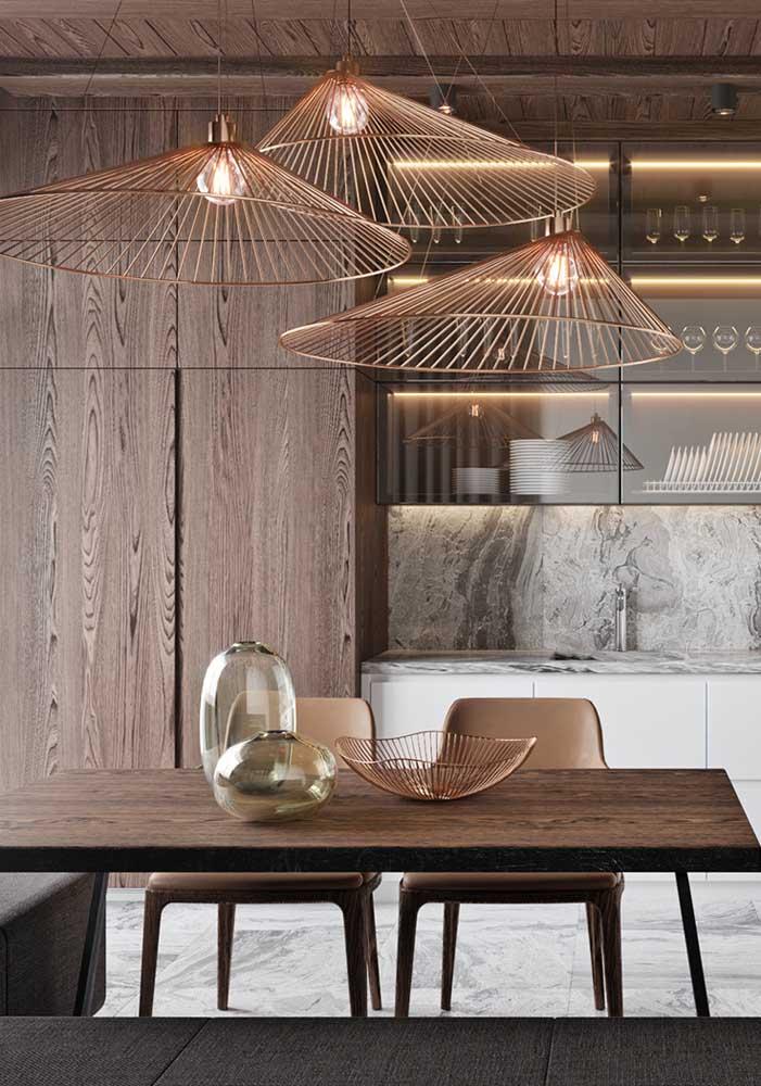Enfeite de mesa e luminárias formam um par perfeito por aqui