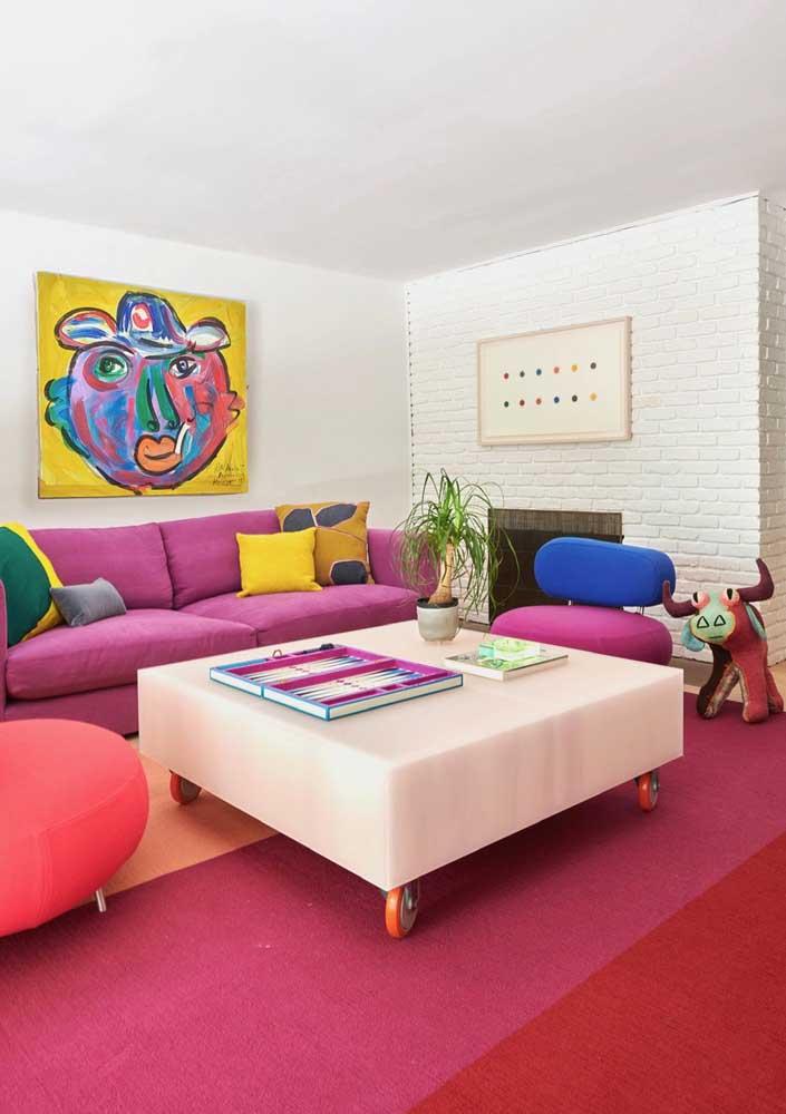 A sala de estar colorida e alegre trouxe enfeites de mesa simples e neutros