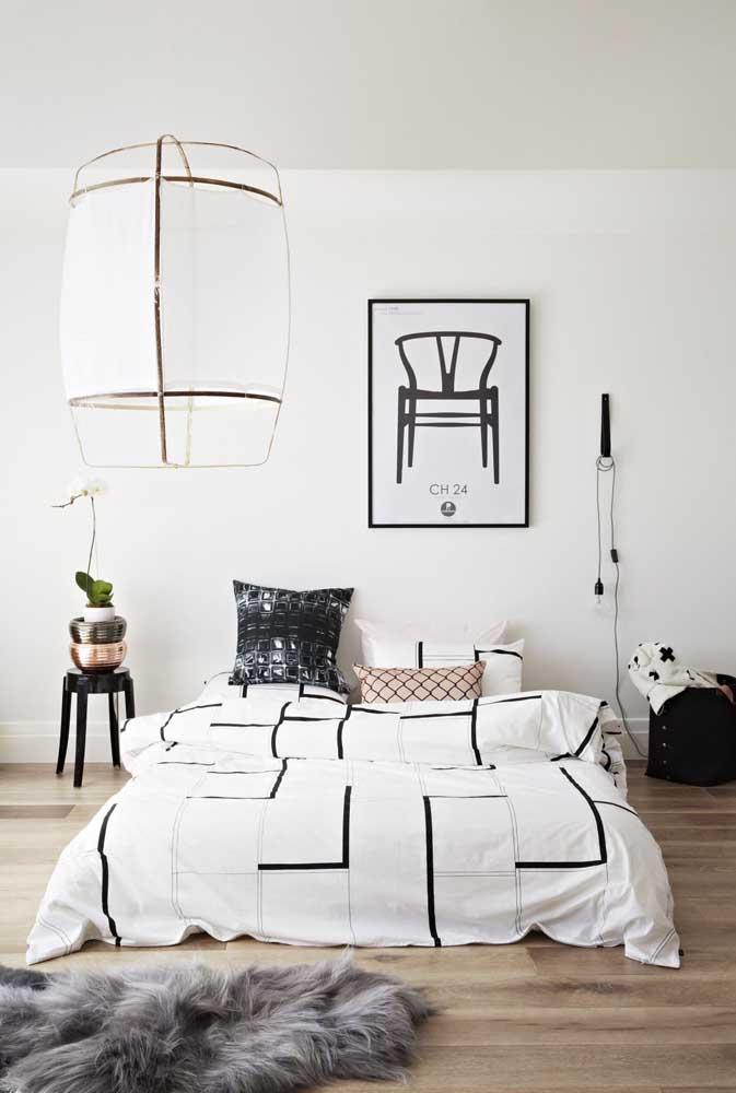 Um quarto em preto e branco merece um quadro Tumblr em preto e branco, é claro!
