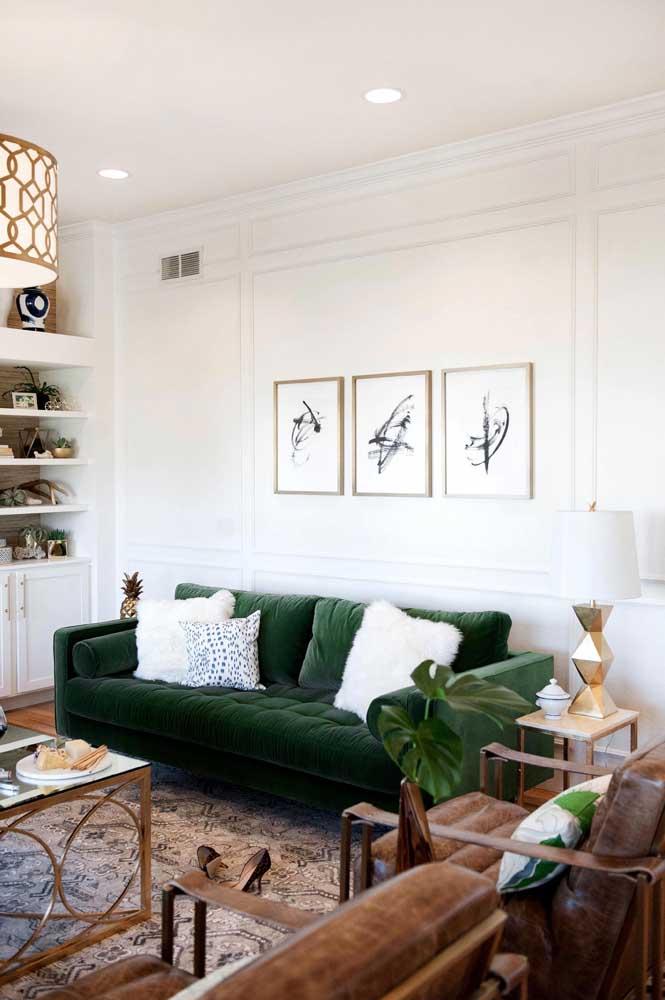 A parede atrás do sofá é um ótimo lugar para instalar sua coleção de quadros Tumblr em preto e branco