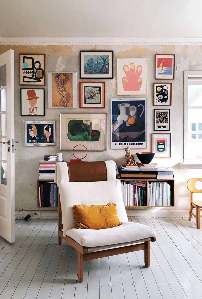 Já na sala de estar, os quadros Tumblr tem cara de arte moderna