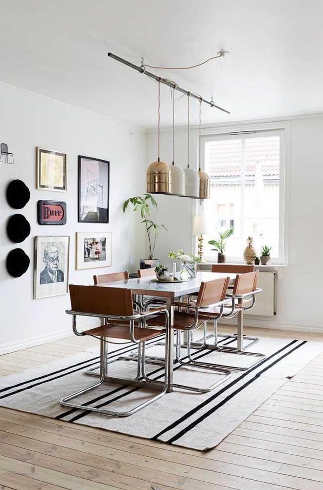 Essa sala de jantar com influência retrô ficou perfeita com a composição de quadros Tumblr