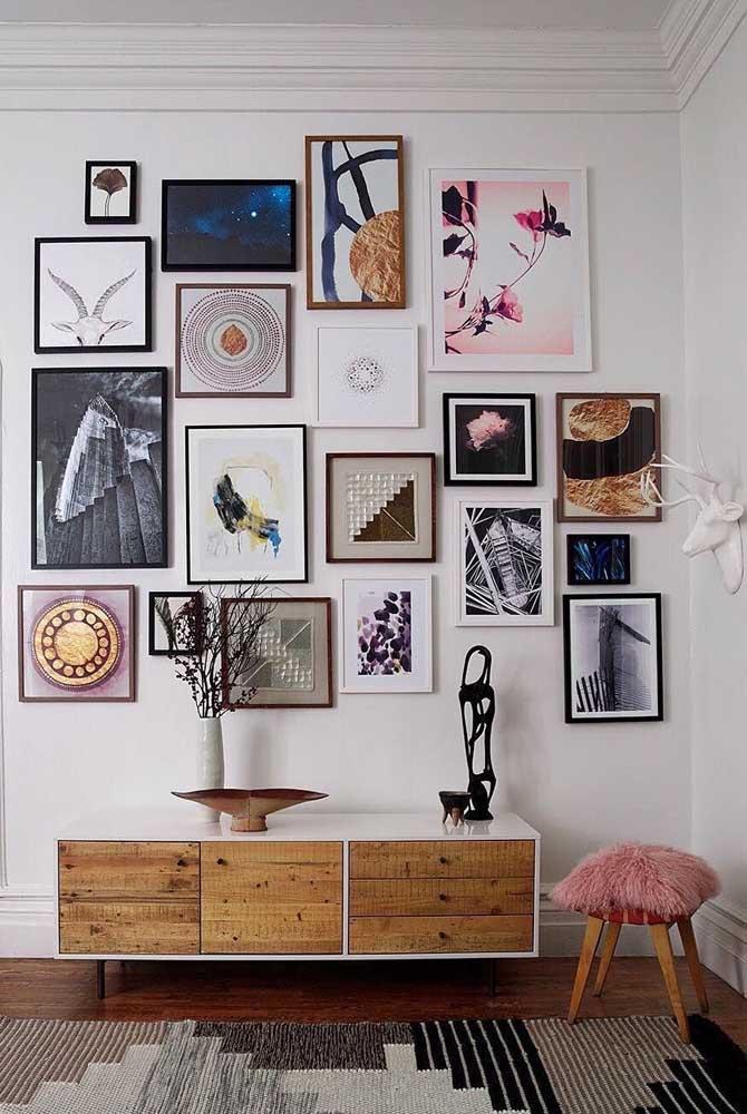 Formas geométricas, abstratos e em preto e branco formam a composição de quadros Tumblr dessa outra sala