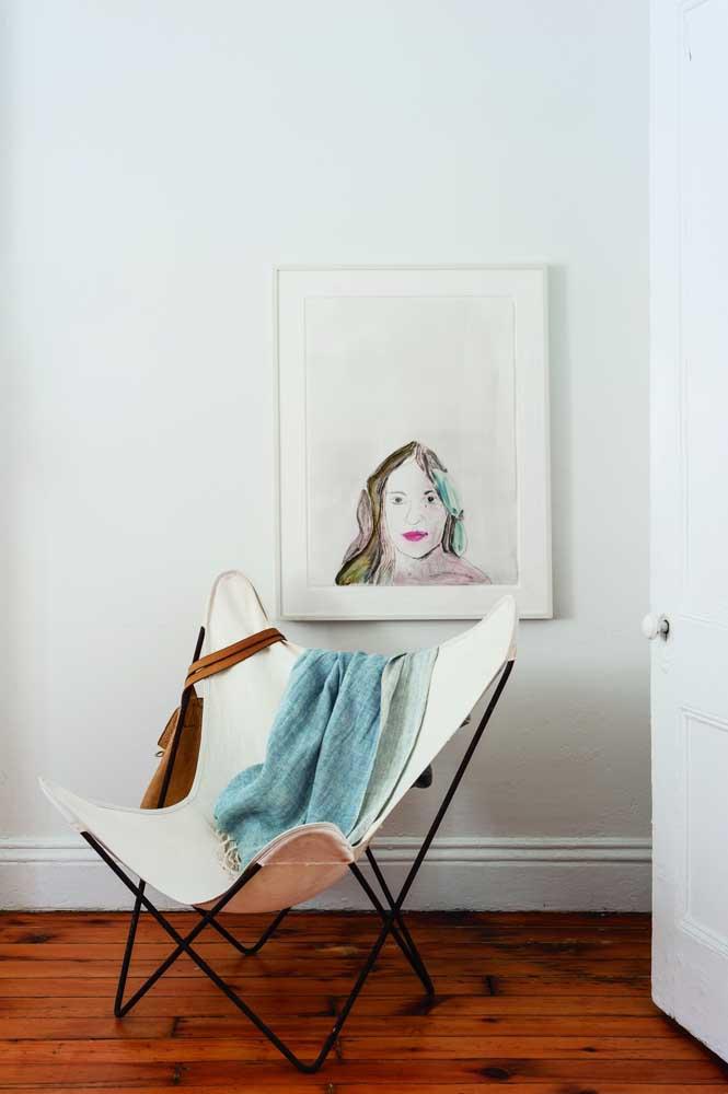 Quando o quadro tem uma carga visual forte você pode optar por deixá-lo sozinho na decoração