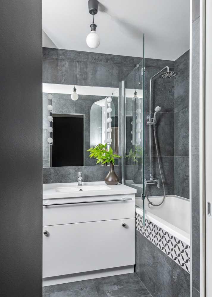 Banheiro com revestimento cinza do piso à parede