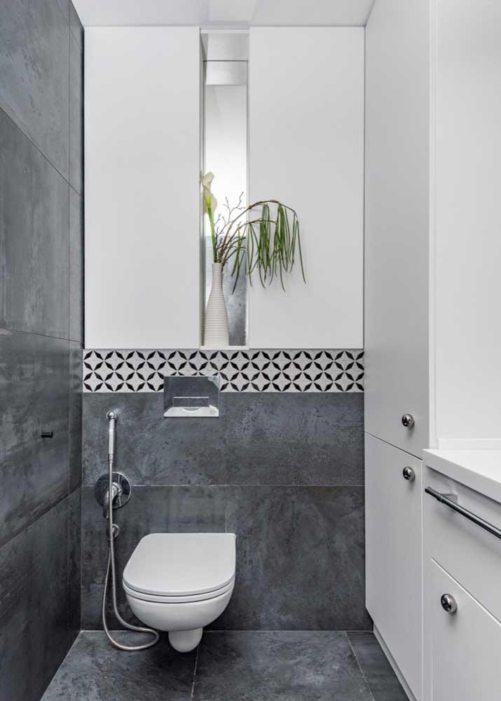 Os espelhos e armários brancos ajudam a quebrar o excesso de cinza