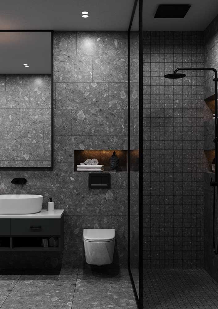 Banheiro cinza e moderno. A iluminação indireta traz conforto e aconchego para o ambiente