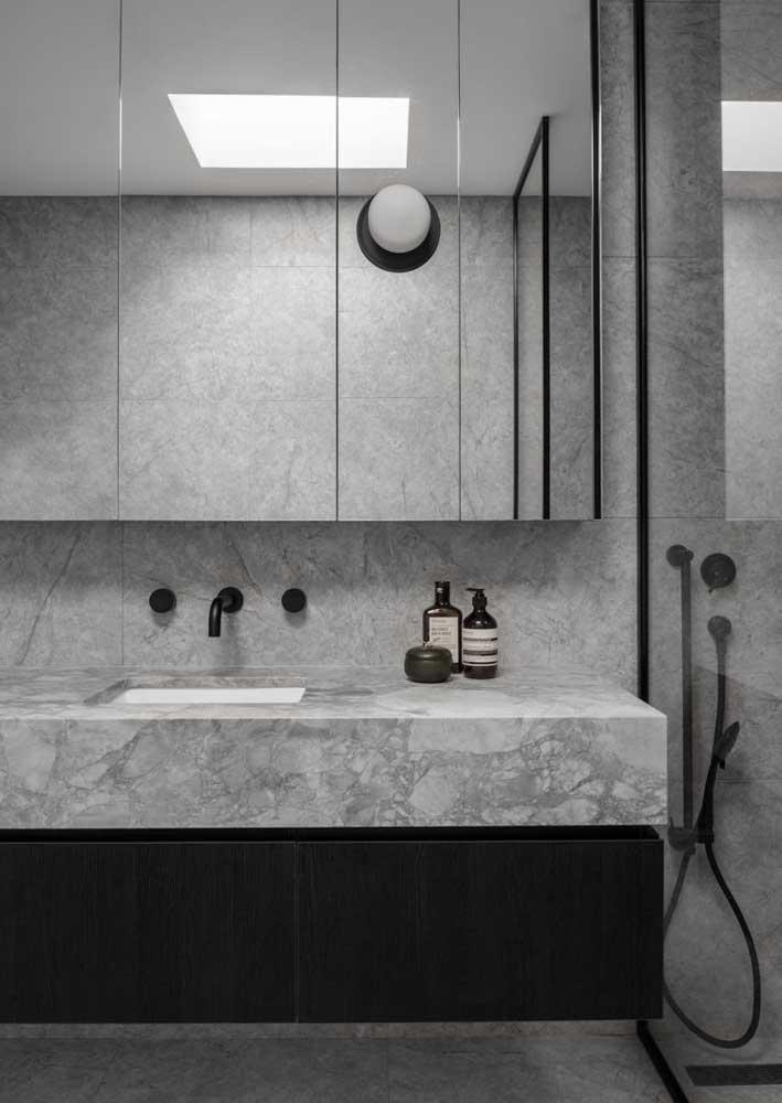 O mármore é uma boa opção para trazer o cinza para decoração do banheiro
