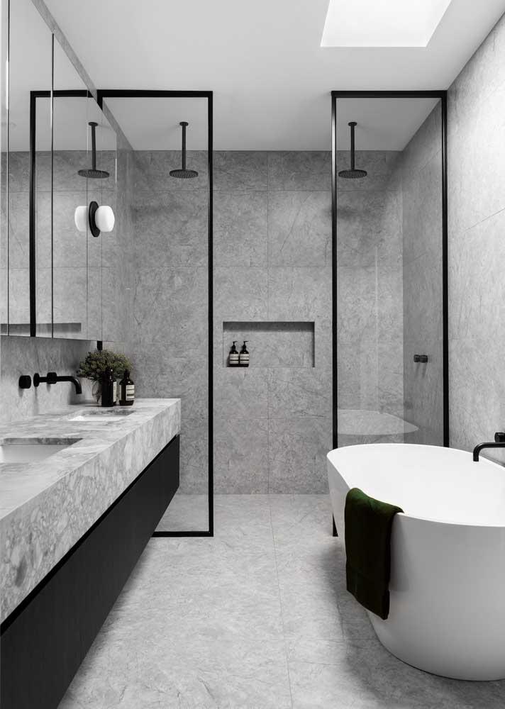 Já para as paredes, você pode explorar o uso de revestimentos cerâmicos com textura similar ao mármore
