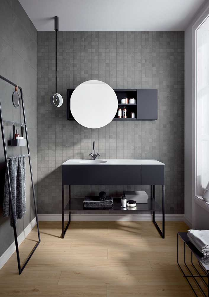Banheiro cinza com pastilhas e um incrível piso de madeira no chão
