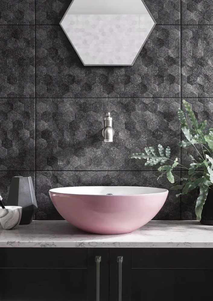 """Que tal um toque de cor de rosa para """"alegrar"""" o banheiro cinza?"""