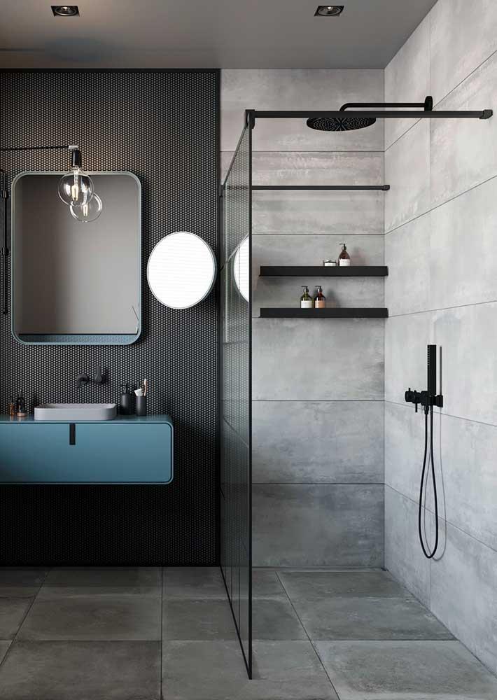 Banheiro cinza combina com muitas outras cores. Aqui, a opção foi pelo preto e azul