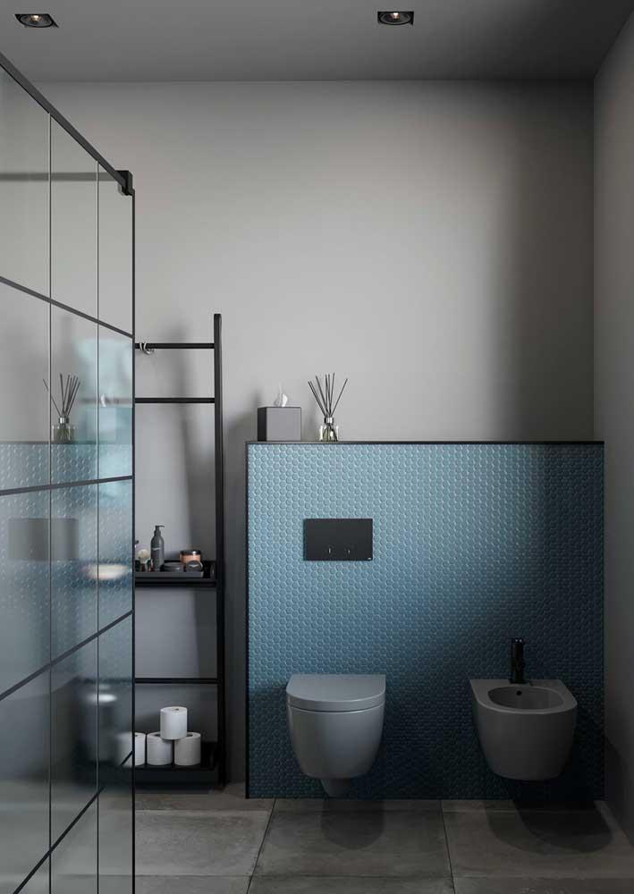 O azul também ajuda a deixar o visual do banheiro mais leve e descontraído