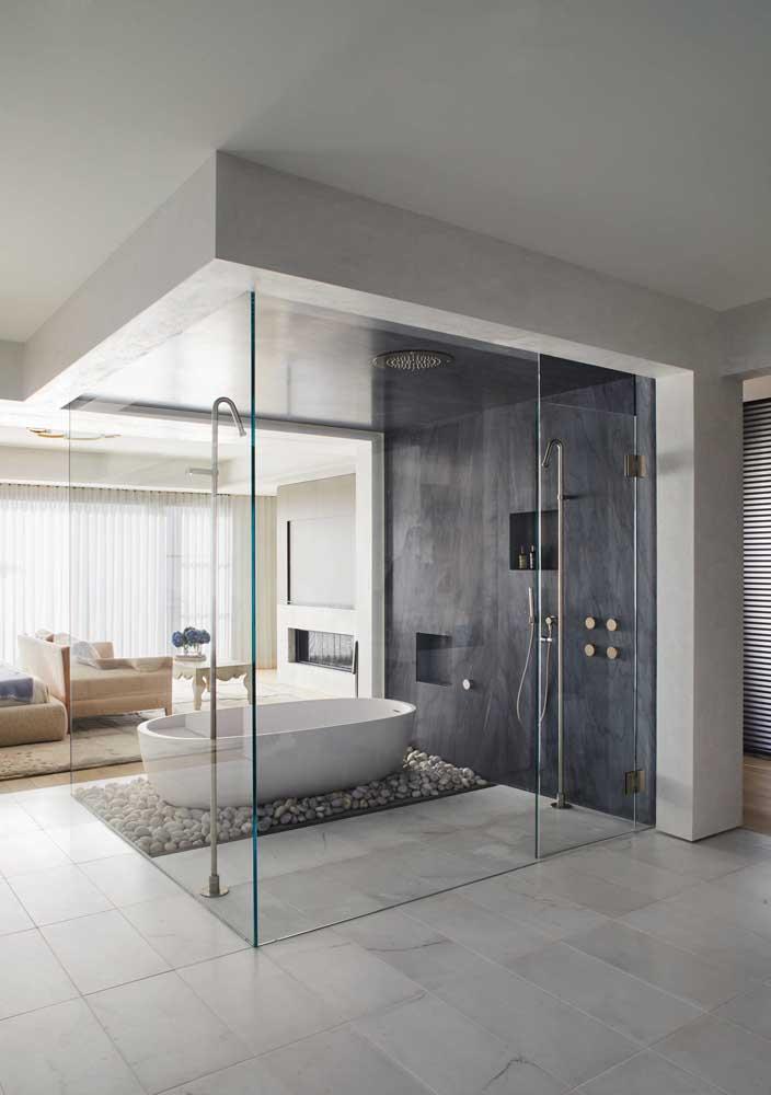 Banheiro branco com revestimento cinza na parede de destaque do box