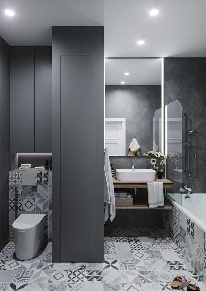 O ladrilho hidráulico em tons de cinza e branco deixa o banheiro descontraído