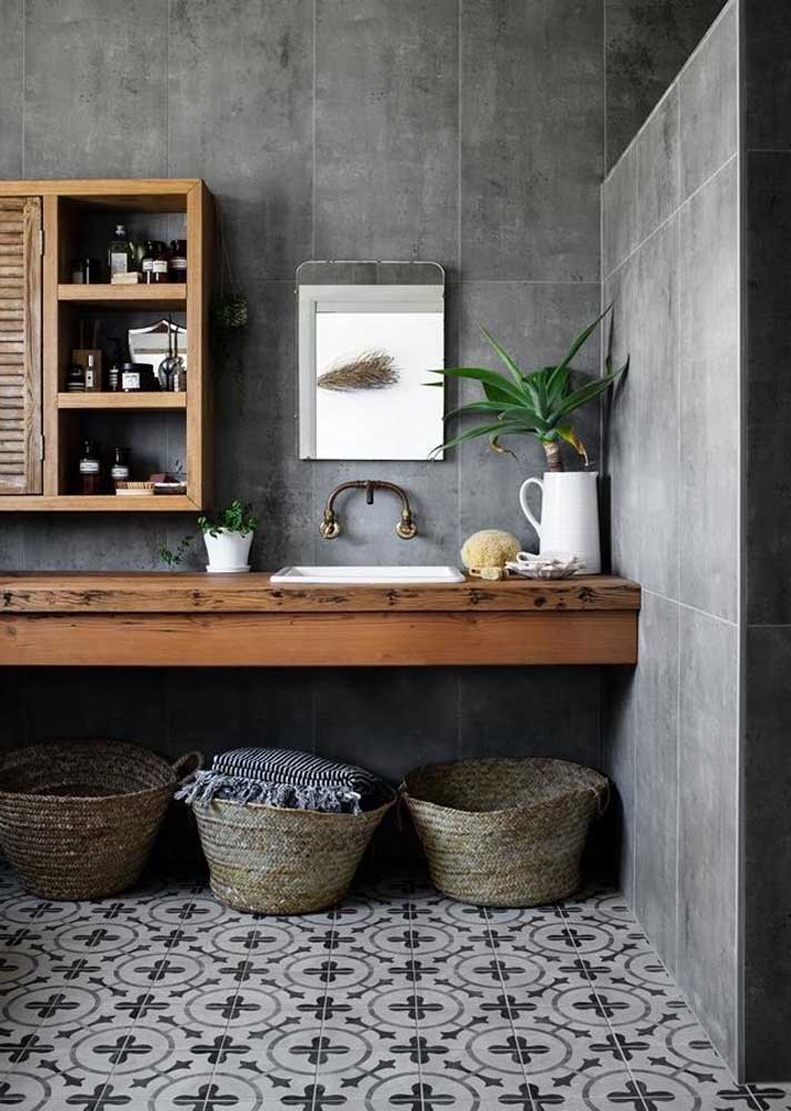 Dá para ter um banheiro cinza rústico? Sim! Para isso, use madeira e ladrilhos hidráulicos