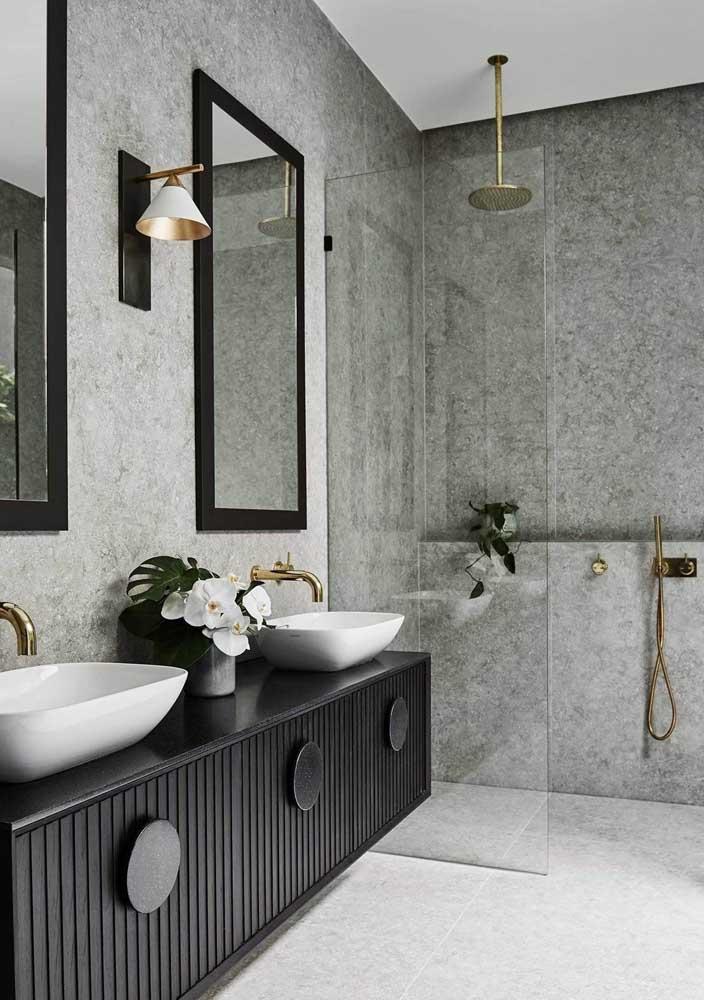 O dourado traz sofisticação ao banheiro cinza
