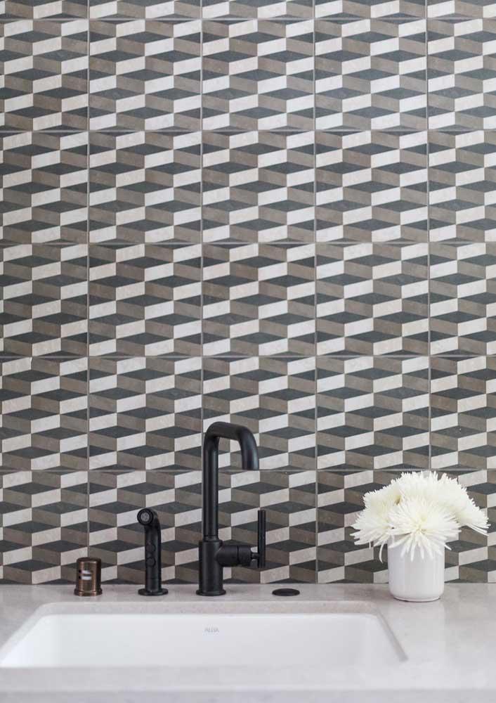Que tal um revestimento cinza geométrico para criar um banheiro fora do comum?