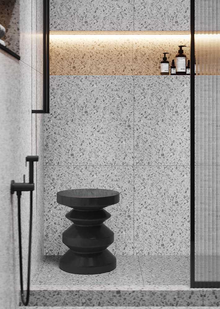 Para combinar com a cor moderna do banheiro, um banco cheio de design