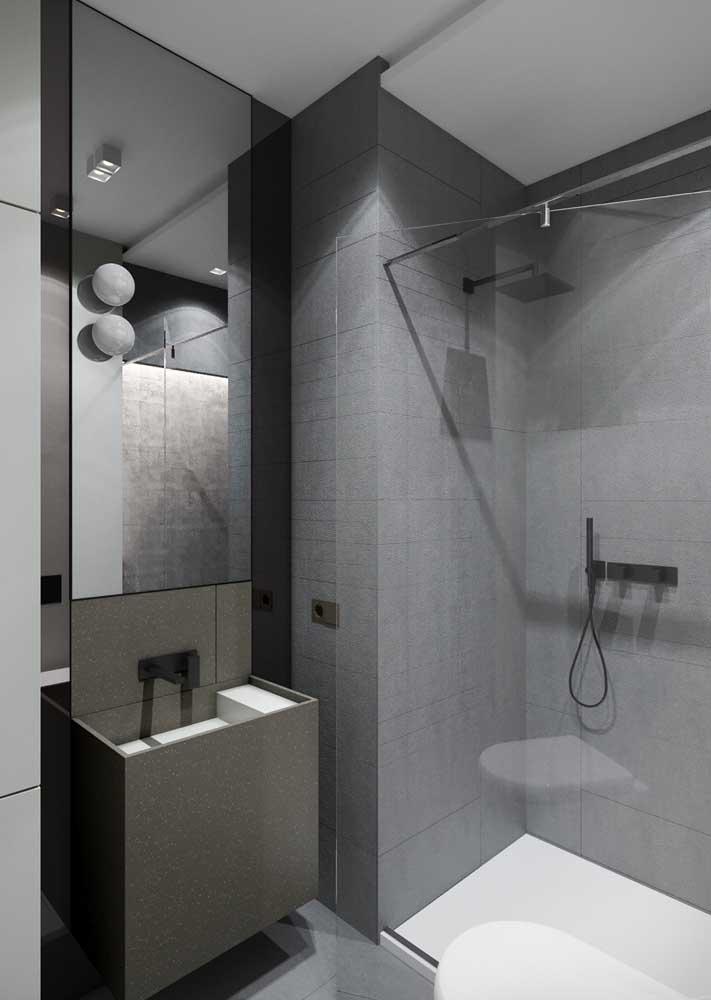 Banheiro cinza pequeno, mas super bem resolvido apenas com o revestimento