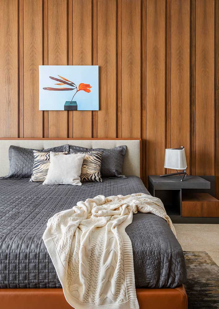 A madeira deixa o quarto de casal aconchegante e intimista