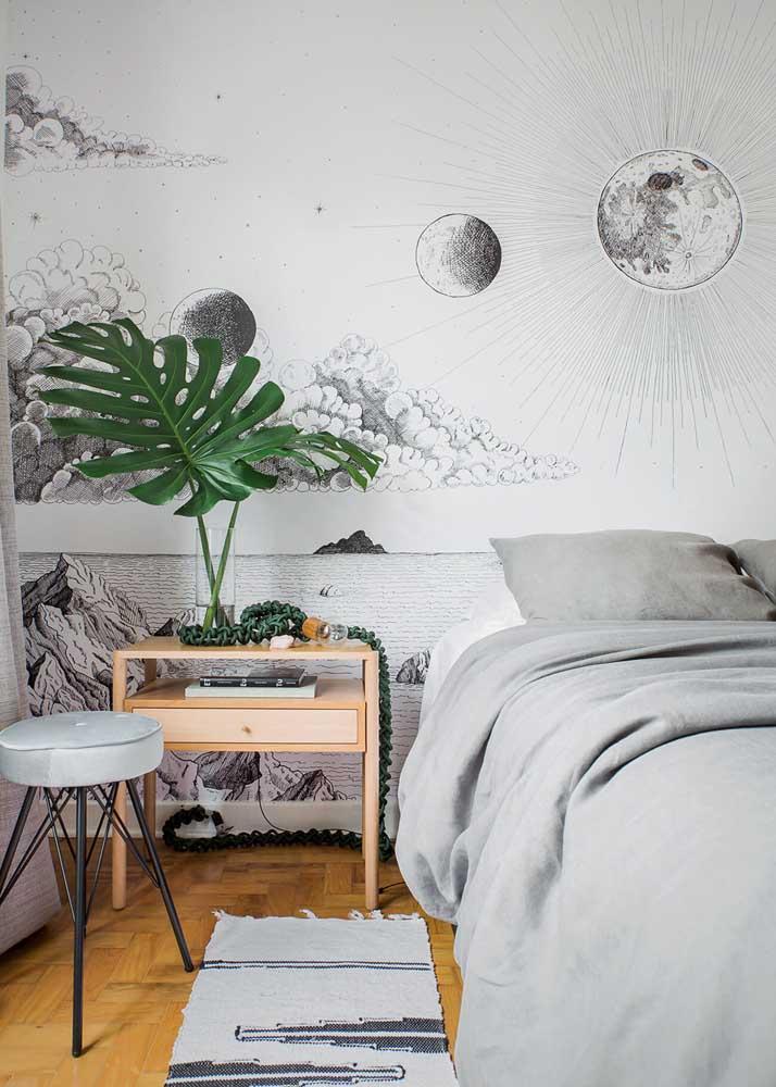 O papel de parede decora e traz personalidade para o quarto de casal