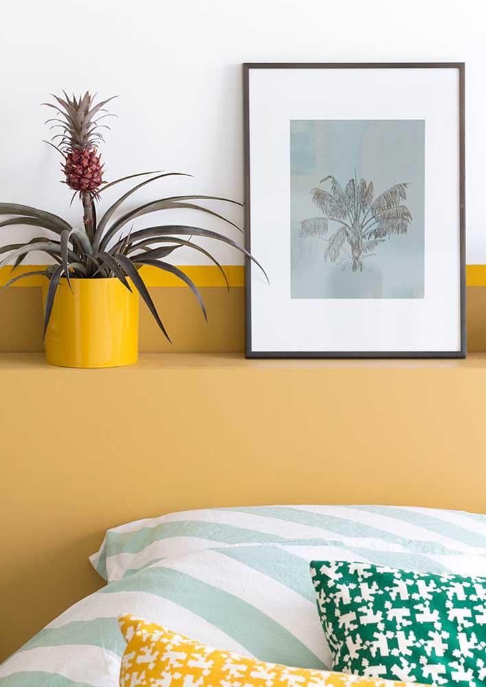 Plantas, quadros e almofadas dão o toque final a decoração do quarto de casal